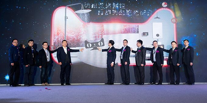 SAKURA樱花总经理张永政(图右五)参加热水器行业黑科技发布会首发仪式